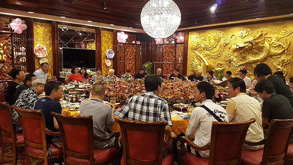 設立50周年記念社員旅行での食事会
